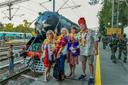 स्टीम इंजन से दौड़ी टूरिस्ट लग्जरी ट्रेन 'पैलेस ऑन व्हील्स', विदेशी...