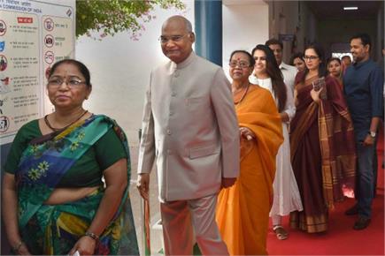 लोकसभा चुनाव: लोकतंत्र को मजबूत बनाती तस्वीरें, लाइन में लग...