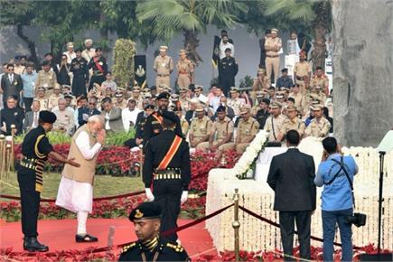 लाल किले पर PM मोदी ने लहराया तिरंगा, राष्ट्रीय पुलिस स्मारक का किया...