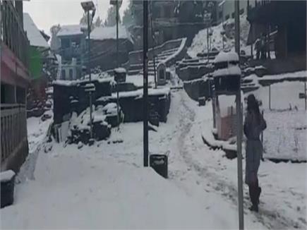 तस्वीरों में देखिए: हिमाचल की वादियों ने ओढ़ी बर्फ की चादर