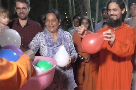 विदेशी पर्यटकों ने गुब्बारे फोड़कर मनाई दीपावली