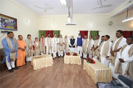 नामांकन से पहले PM मोदी ने अकाली दल के नेता प्रकाश सिंह बादल के छुए...