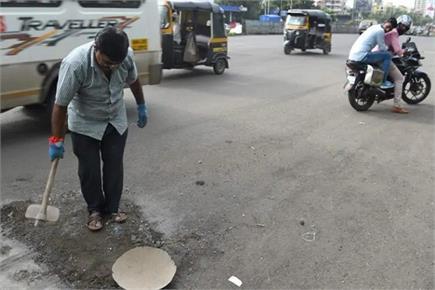 ये हैं गड्ढे वाले दादा, बेटे की याद में खुद भर रहे हैं मुंबई के...
