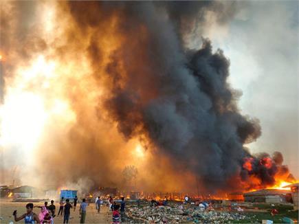 बांग्लादेश के रोहिंग्या शरणार्थी शिविर में लगी भीषण आग, देखें तस्वीरें