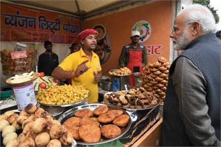 अचानक 'हुनर हाट' पहुंचे PM मोदी, लिट्टी-चोखा खाया और कुल्हड़ चाय पी