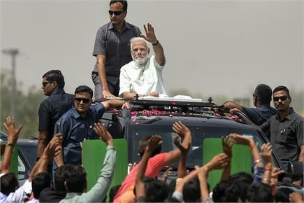 Photo of the Day: पीएम मोदी ने दिल्ली से मेरठ तक ओपन जीप में किया रोड...