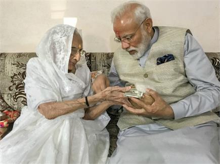PM मोदी का विजय तिलक, टीका लगाकर मां हीरा बेन ने दिया आशीर्वाद