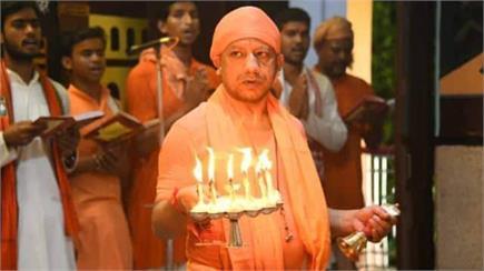 CM योगी ने श्री गोरखनाथ मंदिर में विधि वत रूप से की स्कंदमाता की पूजा...