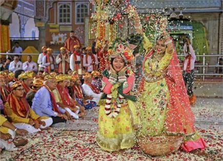 Happy Holi: देशभर में जमकर उड़ा गुलाल, कृष्ण ने राधा संग खेली फूलों...