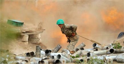 आर्मीनिया-अजरबैजान जंग में तोपें  बरसा रहीं  आग, देखें तबाही की...