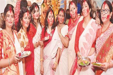 जालंधर में मां दुर्गा की पूजा-अर्चना करती महिलाएं।