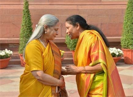 Pics of the Day: संसद में गपशप करती दिखीं राज्यसभा सांसद जया बच्चन और...
