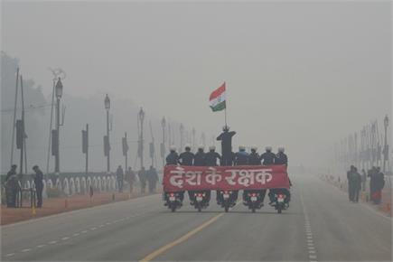 दिल्ली: कड़ाके की ठंड और घने कोहरे के बीच राजपथ पर Republic Day की...