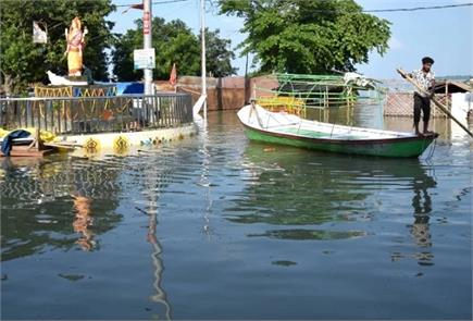 प्रयागराज में उफान पर गंगा, घरों में घुसा पानी और सड़कों पर चली नाव