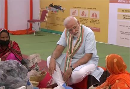 मथुरा में PM मोदी की गोसेवा, जमीन पर बैठकर छांटा कूड़ा