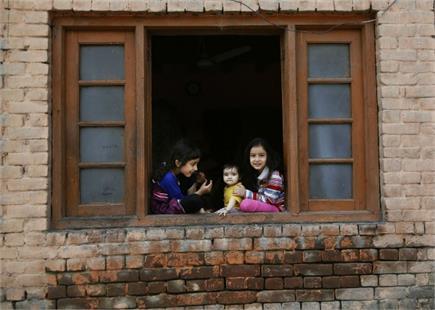 कश्मीर बंद के दौरान झरोखे से झांकता 'भविष्य'