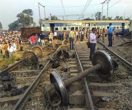 पटरी पर बिखरी टूटी बोगियां, देखिए रायबरेली ट्रेन हादसे की तस्वीरें