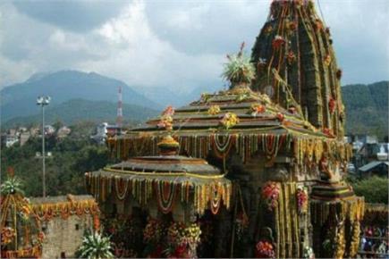 हिमाचल के इस मंदिर में होती है अखरोट की बारिश(PICS)