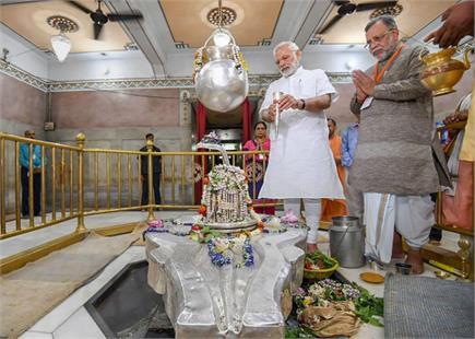 Pics of the day: देर रात विश्वनाथ मंदिर पहुंचे पीएम, मुंबई में सबसे...