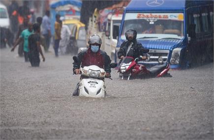 मानसून की पहली बारिश में ही पानी-पानी हुई मुंबई, डूबीं सड़कें और...
