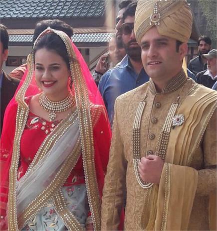 कश्मीर की वादियों में UPSC 2015 की टॉपर टीना डाबी और अतहर ने रचाई शादी