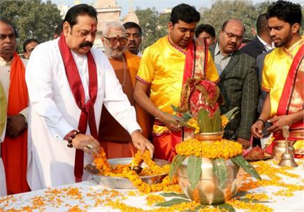 श्रीलंका के प्रधानमंत्री महिंदा राजपक्षे ने वाराणसी में अस्सी घाट पर...