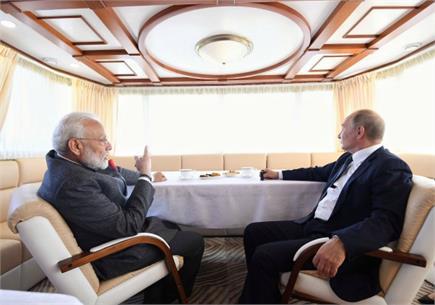दोस्ती की 'नाव' पर सवार हुए PM मोदी और व्लादिमीर पुतिन