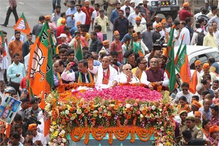 राजनाथ सिंह के रोड शो में उमड़ा जनसैलाब, एक झलक पाने को बेताब दिखे...