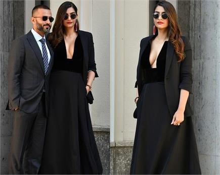 सेक्सी गाउन पहन पति अानंद के साथ फैशन वीक में पहुंची सोनम, सामने आई...