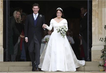 ब्रिटिश राजकुमारी यूजिनी ने की शादी, 'V' कट ड्रेस में लग रही थी...