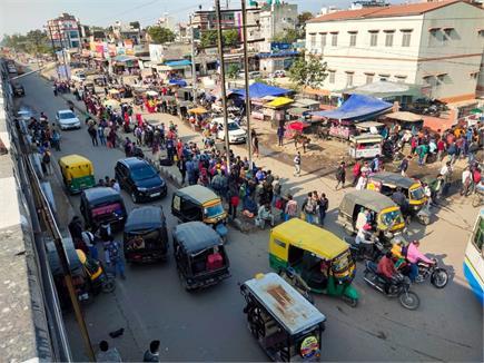 दिल्ली कूच: बेरिकेट्स को तोड़ आगे बढ़ रहे किसान, कई जगह पुलिस के साथ...