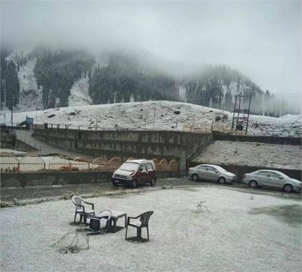 सफेद चादर से ढका कश्मीर, ताजा बर्फबारी से घाटी में बदला मौसम का मिजाज
