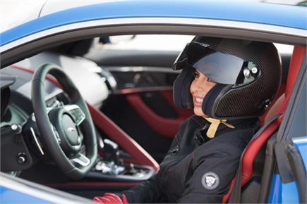 सऊदी अरब में बैन हटने के बाद इस महिला ने दौड़ाई फार्मूला वन कार