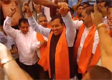 जब कैबिनेट मंत्री वीरेंद्र कंवर ने पिपलू मेले में नाच-नाच कर बजाया...