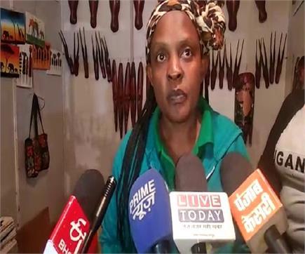 ताज महोत्सव में चर्चा का विषय बनी युगांडा से आई महिला शिल्पकार,...