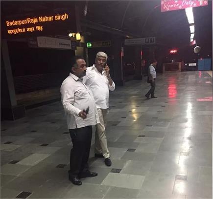 कैबिनेट मंत्री गजेंद्र सिंह शेखावत ने मेट्रो में किया सफर, सीट नहीं...