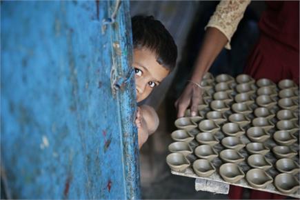 दीपावली की तैयारियों में जुटे कुम्हार, बना रहे दीये