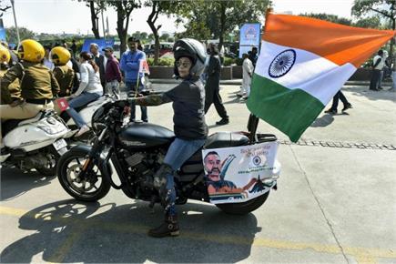 दिल्ली में महिलाओं ने बाइक रैली में लिया हिस्सा, हाथ में तिरंगा ले...