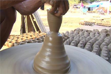 इस दीपावली खिले कुम्हारों के चेहरे, मिट्टी से बने दीयों की बढ़ी मांग