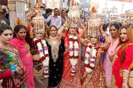 बैंड-बाजे के साथ किन्नरों ने निकाली कलश यात्रा, भगवान शिव को चढ़ाया...