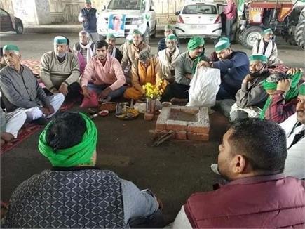 देखिए दिल्ली में आंदोलन कर रहे किसानों के कैसे बीत रहे हैं रात और दिन