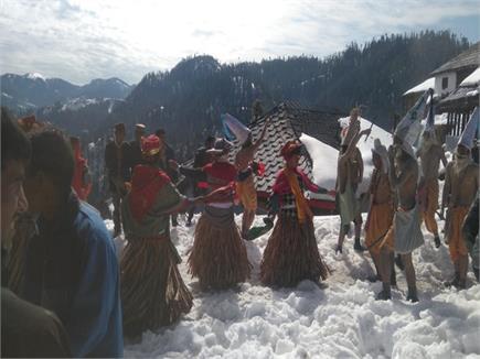 यहां 4 फीट बर्फ में नाच रहे लोग (Watch Pics)