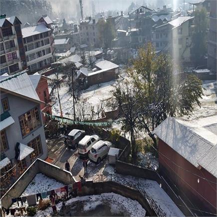 मनाली शहर में सीजन की पहली बर्फबारी(PICS)