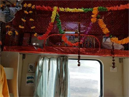 काशी महाकाल एक्सप्रेस में भगवान शिव का मंदिर...भोलेनाथ के लिए एक सीट...