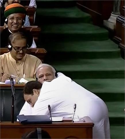 राहुल गांधी ने हाथ मिलाकर PM मोदी को दी 'जादू की झप्पी'