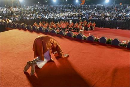 CM पद की शपथ लेने के बाद जनता के सामने नतमस्तक हुए उद्धव ठाकरे