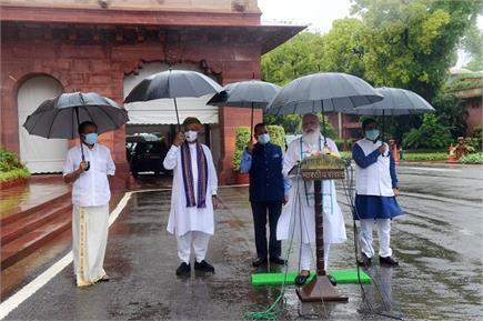 संसद मानसून सत्र के पहले दिन पीएम मोदी की छाते के साथ तस्वीरें वायरल,...