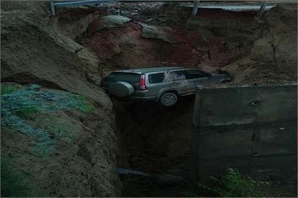 आगरा: एक्सप्रेस-वे की सर्विस रोड धंसने से 50 फिट गहरी खाई में गिरी कार