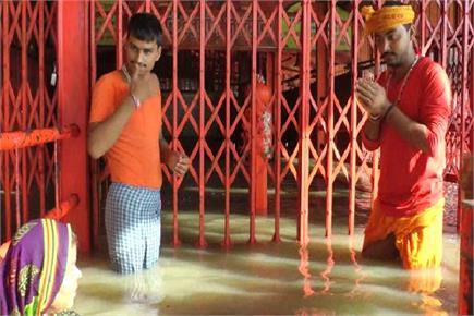 संगम तट पर लेटे हनुमान को मां गंगा ने कराया स्नान