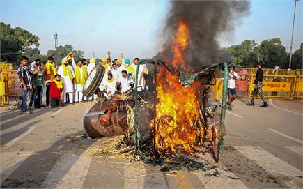 दिल्ली तक पहुंची किसान बिल की आंच, देंखें इंडिया गेट पर हुई अगजनी की...